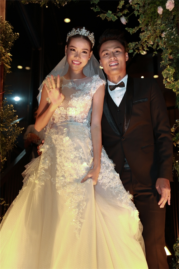 Kỳ Hân diện váy cưới lộng lẫy như công chúađược Mạc Hồng Quân ân cần chăm sóc ngay khi tới lễ đính hôn. - Tin sao Viet - Tin tuc sao Viet - Scandal sao Viet - Tin tuc cua Sao - Tin cua Sao