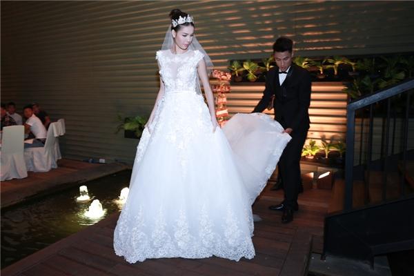Đây là chiếc váy thứ 4 mà NTK Chung Thanh Phong thiết kế riêng cho siêu mẫu trong ngày vui do chính Mạc Hồng Quân mua tặng. - Tin sao Viet - Tin tuc sao Viet - Scandal sao Viet - Tin tuc cua Sao - Tin cua Sao