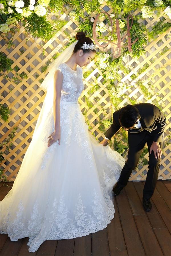 Mạc Hồng Quân liên tục sửa váy cho vị hôn thê. - Tin sao Viet - Tin tuc sao Viet - Scandal sao Viet - Tin tuc cua Sao - Tin cua Sao