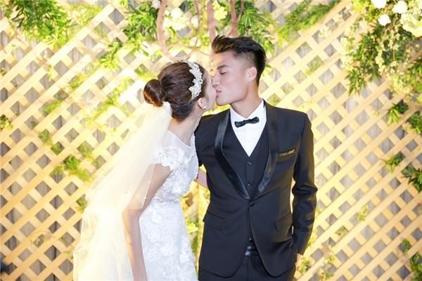 Hai người liên tục trao cho nhau những nụ hôn ngọt ngào trước ống kính truyền thông. - Tin sao Viet - Tin tuc sao Viet - Scandal sao Viet - Tin tuc cua Sao - Tin cua Sao