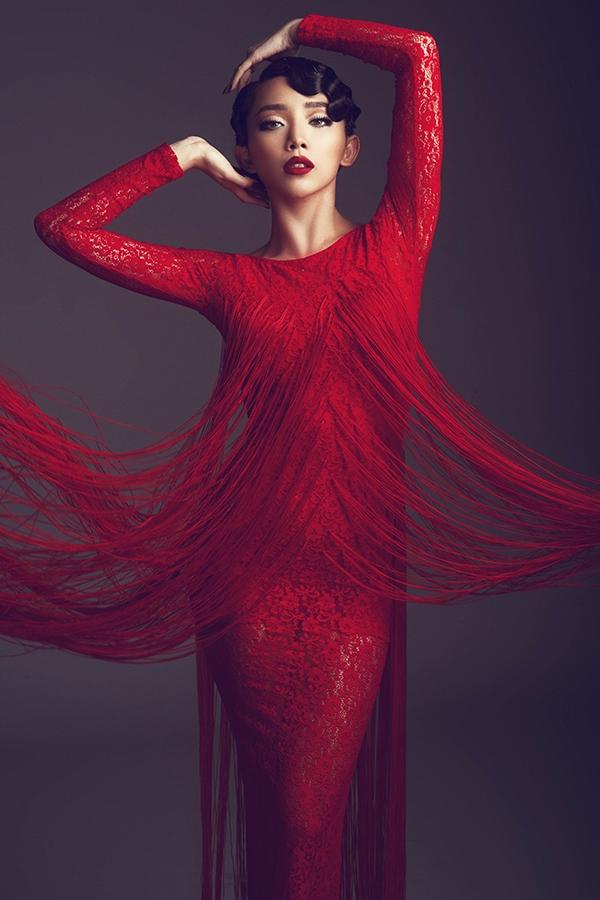 """Chi tiết tua rua đều được đính kết thủ công trên váy áo với tỉ lệ được cân đo riêng cho từng thiết kế. Khi di chuyển, chúng """"nhảy múa"""", hòa quyện vào nhau tạo nên cảm giác thanh tao, nhẹ nhàng cho người xem."""