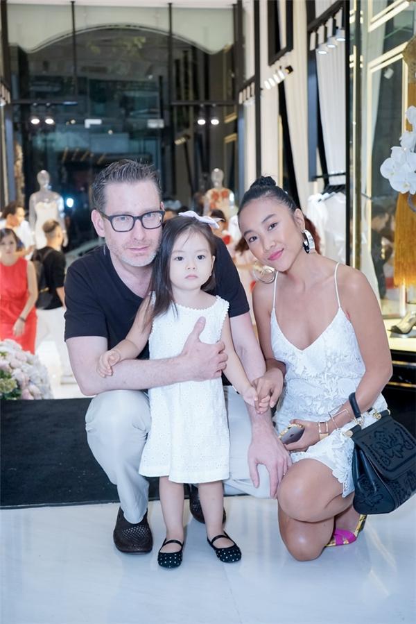 Đoan Trang dắt con gái và ông xã cùng đi dự tiệc