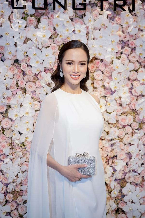 Diện váy trắng đơn giản, Vũ Ngọc Anh toát lên vẻ thanh lịch, kín đáo mà vẫn vô cùng quyến rũ.