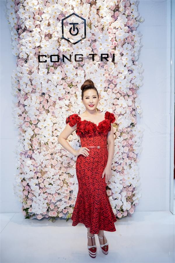 Hoa hậu Quý bà Thu Hoài khoe nước da trắng mịn màng trong chiếc đầm đỏ nổi bật.