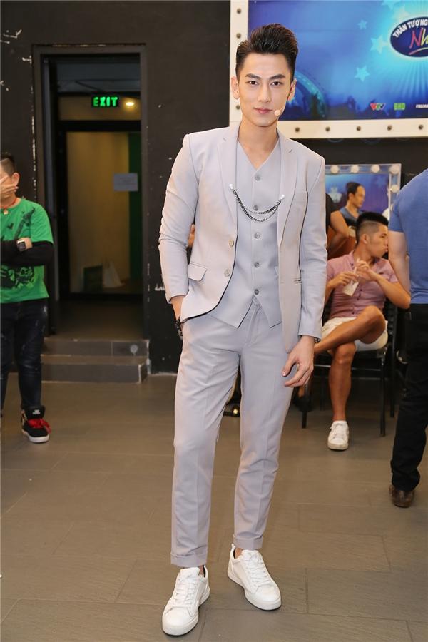 Xuất hiện khá sớm trong hậu trường, Isaac diện trang phục trẻ trung và sành điệu. - Tin sao Viet - Tin tuc sao Viet - Scandal sao Viet - Tin tuc cua Sao - Tin cua Sao