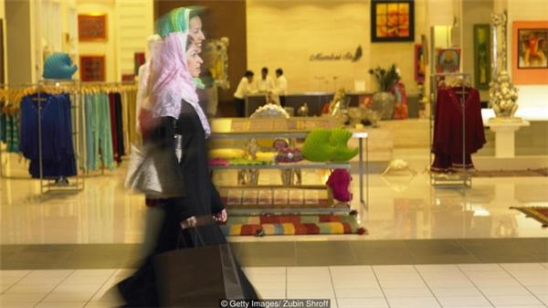 Các cô nàng chi rất nhiều tiền để đi shopping, mua sắm.