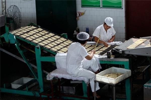 Những công nhân đang làm việc trong nhà máy đóng gói mì ăn liền ở làng Nanjie.