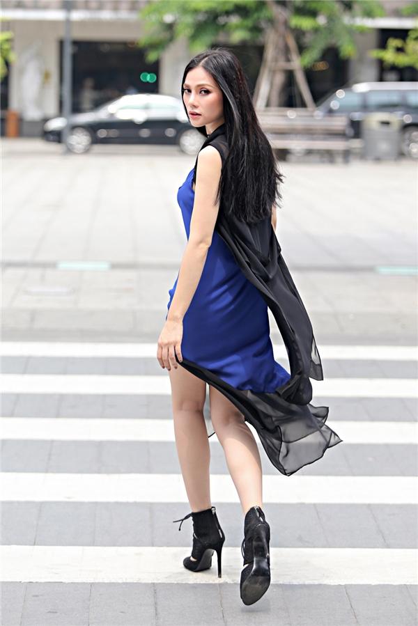 Thu Thuỷ đơn giản, tinh khôi với dáng váy suông nhẹ nhàng, chiếc đầm bay bổng được mix khéo léo cùng áo gile voan trong mỏng khiến bộ trang phục thu hút ngay từ cái nhìn đầu tiên.