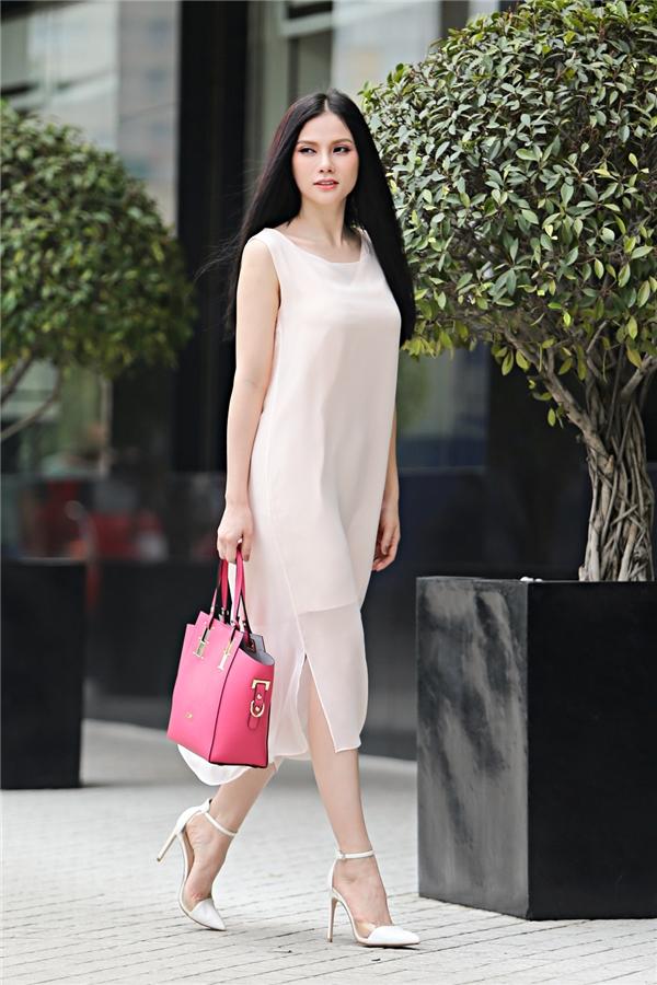 Một thiết kế tuyệt vời cho những quý cô ưa phong cách thoải mái, trẻ trung. Chiếc đầm suôngcó gam màu thanh lịch với kiểu dáng không kém phần hiện đại. Điểm nhấn cuả bộ trang phục là chiếctúi xách gam màu hồng hoàn toàn tone sur tone với set đồ ca sĩ Thu Thủy.