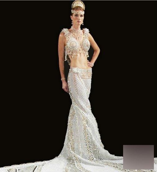 Chiếc váy cưới tinh xảo và lung linh khiến ai nấy cũng mơ ước.