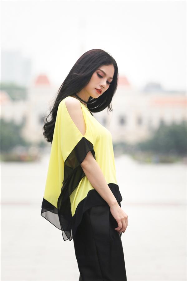 Trong một set đồ phối theo style khác,Thu Thủy vô cùng nổi bật khi kết hợp hoàn hảo của tone màu vàng – đen cùng giày buộc dây sành điệu.