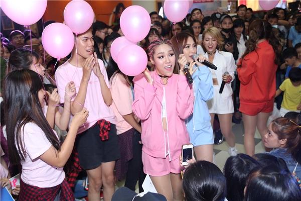 Đông Nhi nhảy sung đến đứt giày, Lip B hạnh phúc nhận quà từ fan - Tin sao Viet - Tin tuc sao Viet - Scandal sao Viet - Tin tuc cua Sao - Tin cua Sao