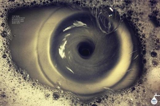 Bạn thấy con mắt hay là dòng nước đang chảy xuống cống? (Ảnh: Internet)