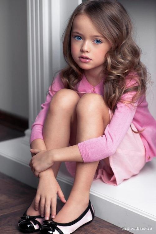 Đôi mắt xanh biếc đầy cuốn hút củacô bé khiến những người đối diệnsay mê.