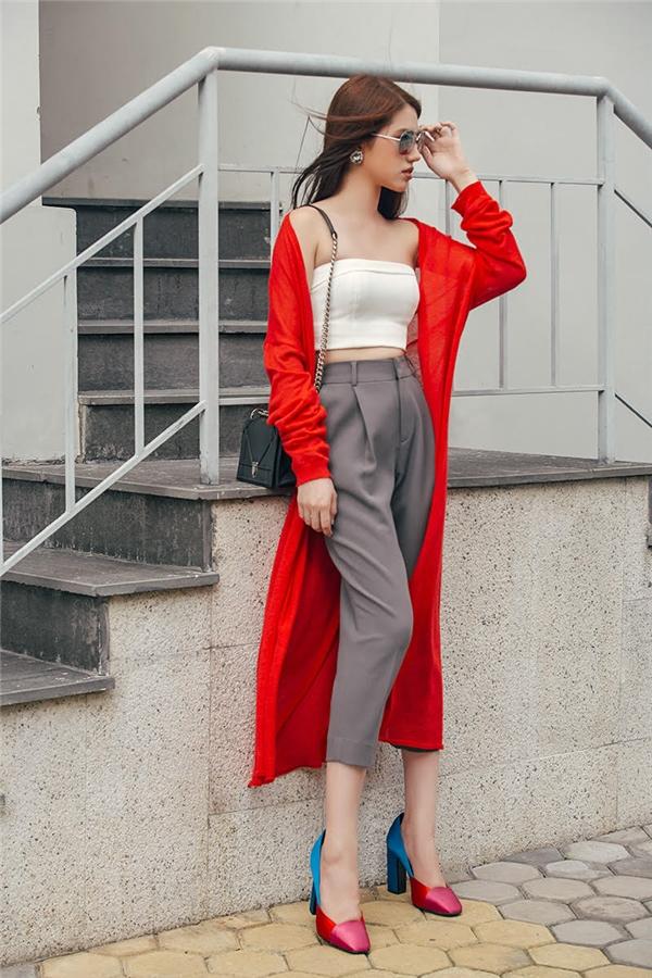 Các nàng cũng có thể mix set đồ này với áo khoác cardigan để tạo ấn tượng cho bộ trang phục.