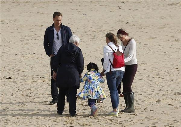 Taylor chơi đùa trên biển cùng mẹ, chị gái của Tom.
