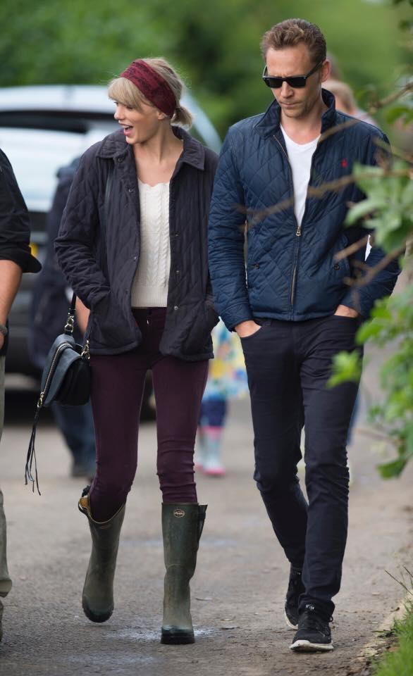 Sau đó cặp đôi đi dạo phố cùng với mọi người.