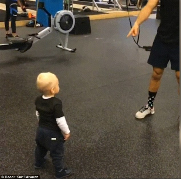 Sau khi hoàn thành động tác người đàn ông chỉ vào cậu bé như muốn nói đến lượt cậu.
