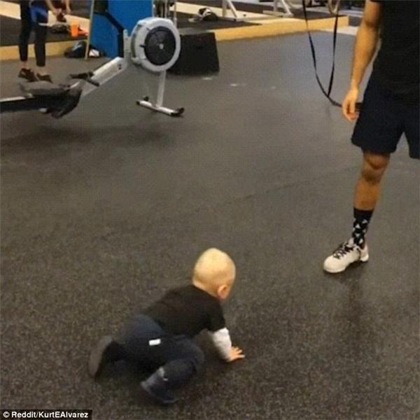 Tan chảy với hình ảnh cậu bé chập chững tập gym