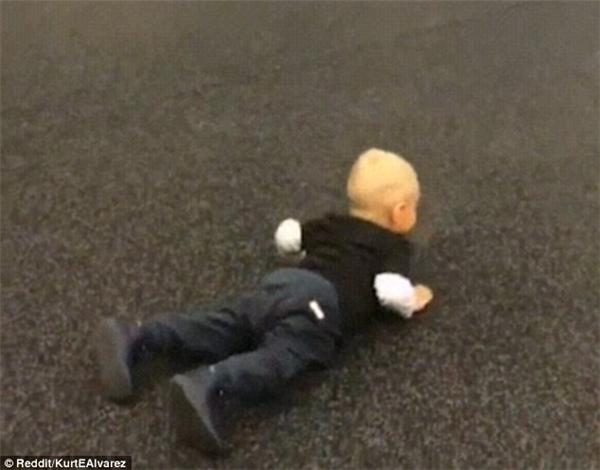 Cậu bé ngay lập tức cuối xuống, chạm tay lên sàn nhà và hạ cơ thể xuống đất.