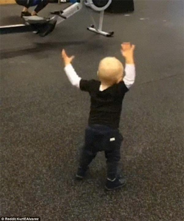 Sau đó cậu bé chống hai tay để đứng dậy và hoàn thành bài tập bằng một cú nhảy đưa hai tay lên trời.