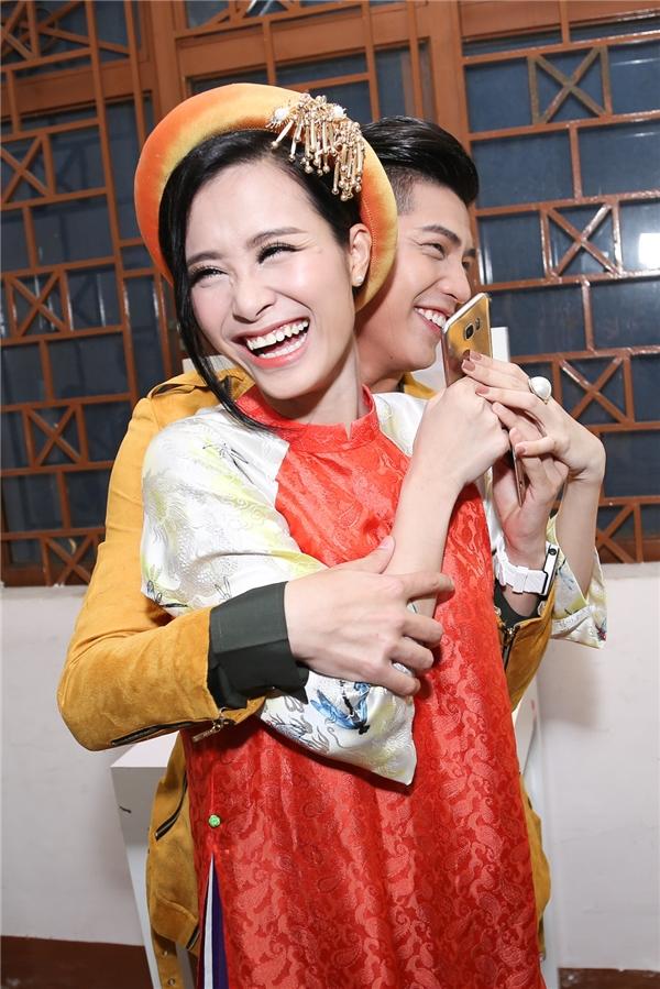 2 Quán quân The Remix- Đông Nhi và Noo Phước Thịnh vô cùng thân thiết ở hậu trường.