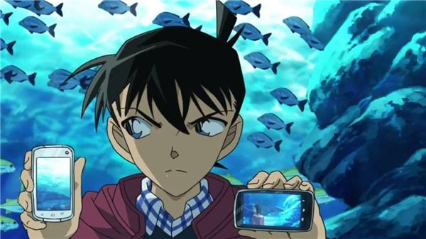 """Dù điện thoại xem phim đã có trước đó, nhưng có vẻ như Conan vẫn giữ gìn mác học sinh gương mẫu, không xa hoa, nên đến tận 2012 cậu mới tậu """"xì mát phôn"""" cho mình."""