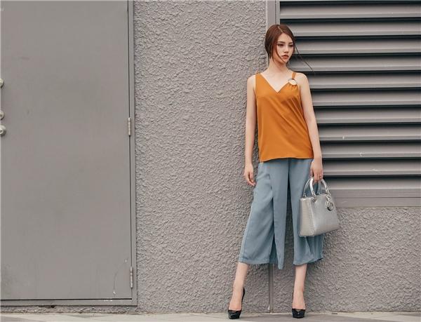 Áo hai dây gắn vòng kim loại mix quần xẻ tà là một lựa chọn hoàn hảo vô cùng hợp mốt.
