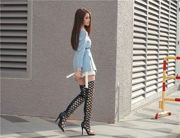 Khoe chân là một trong những điều cực kì cần thiết nếu muốn tạo cảm giác thân hình đầy đặn hơn.