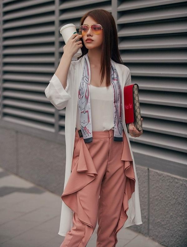 Áo hai dây trắng đơn giản kết hợp quần chạy bèo, khoác kimono thướt tha là một lựa chọn không tồi đối với những cô nàng nhỏ con.