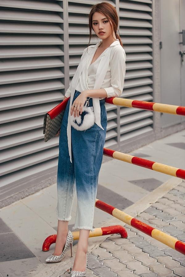 Hài hòa trong màu sắc là điểm quan trọng cần lưu ý với thời trang layer. Do vậy nếu phía dướisử dụng nhiều màu sắc thì phía trênbạn nên lựa chọn áo sáng màu, hoặc đơn giản là sơ mi trắng cổ tim đáp chéo vạt như thế này.