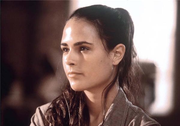 Jordana Brewster đóng vai Mia Toretto, em gái Dominic và người yêu/vợ của Brian.
