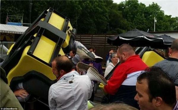 Các nhân chứng cho biết đoàn tàu Tsunami đã rơi từ độ cao 9m xuống mặt đất, tại công viên giải trí M&D ở Motherwell, Scotland.(Ảnh: Daily Mail)