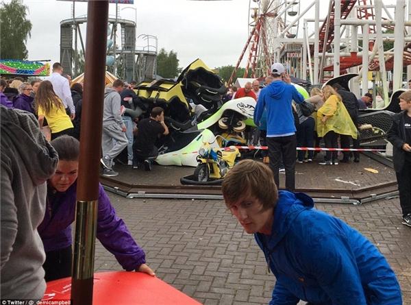 Đoàn tàu lượn rơi từ độ cao khoảng 9m.(Ảnh: Daily Mail)