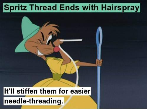Để xỏ kim dễ dàng, hãy xịt một ít keo xịt tóc vào chỉ và chờ một lúc trước khi xỏ chúng qua lỗ kim. (Ảnh: Internet)