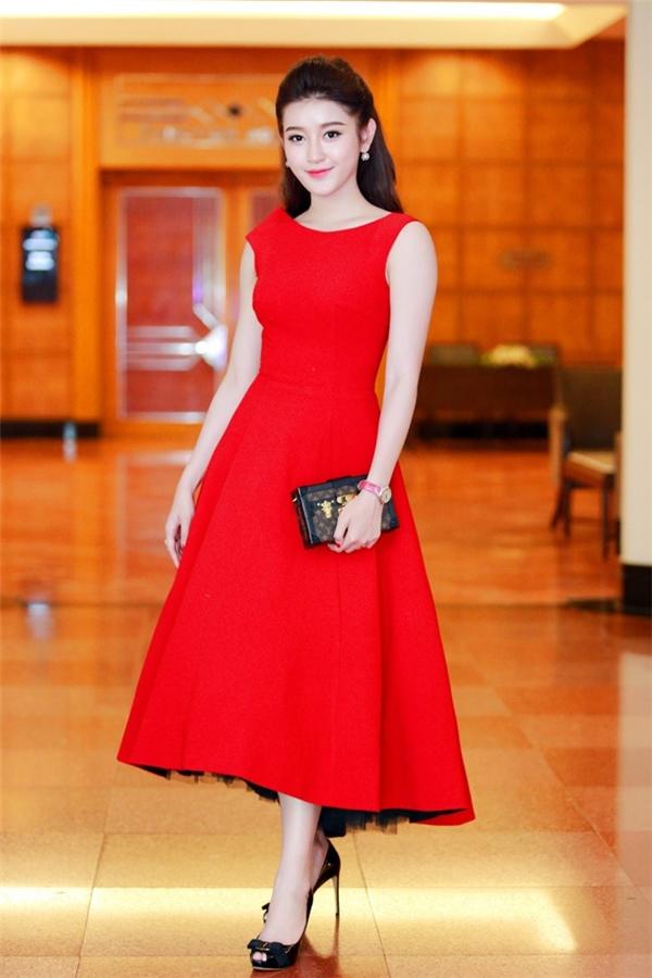 Hà Hồ, Huyền My đẹp lung linh với váy áo kín đáo