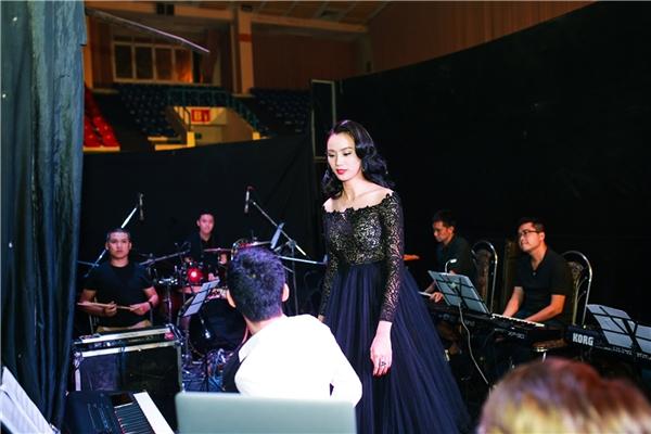 Một tiếng trước khi chương trình diễn ra, cô tranh thủ quỹ thời gian hiếm hoi đến gặp gỡ các thành viên trong ban nhạc để tập lại lần cuối. - Tin sao Viet - Tin tuc sao Viet - Scandal sao Viet - Tin tuc cua Sao - Tin cua Sao