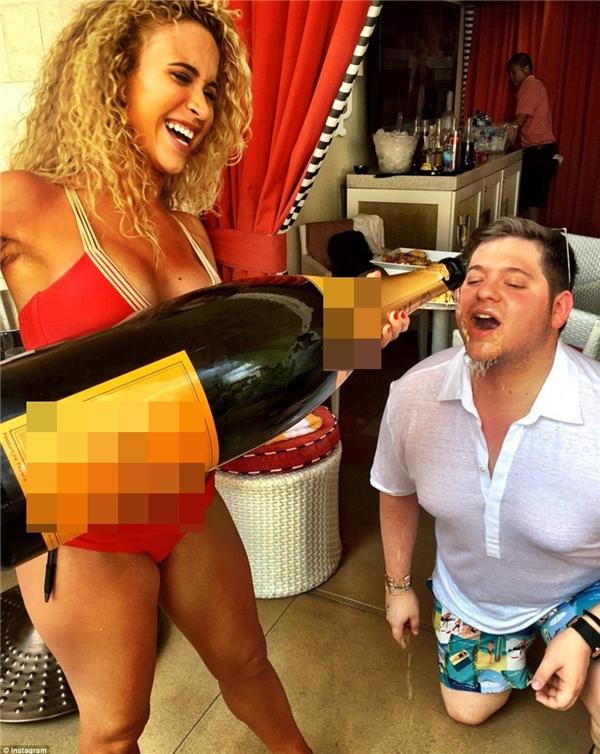 """Anh chàng Nicky Kaufman khoe """"tình yêu bất tận"""" dành cho rượu champagne đắt tiền khi đăng tải bức ảnh một cô nàng mặc bikini nóng bỏng ôm chai rượu khổng lồ và… đổ vào miệng mình tại Sin City.(Ảnh: Instagram)"""