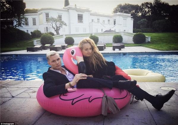Em trai của cô nàng Paris Hilton – Barron Hilton II không thua kém khi khoe sự giàu có trong lần đến Cannes, Pháp gần đây.(Ảnh: Instagram)