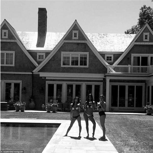 Reya Benitez cùng hội bạn gái thì chuẩn bị nhảy ùm vào hồ bơi, không quên chụp ảnh lại để khoe khéo tòa biệt thự ở đằng sau.(Ảnh: Instagram)