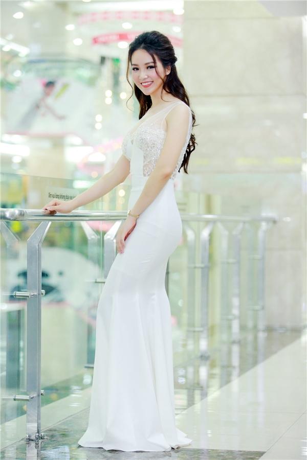 Cuối tuần qua, tham dự buổi tiệc khai trương tại thủ đô Hà Nội, Thụy Vân xuất hiện rạng rỡ, trẻ trung khi diện bộ váy trắng tinh khôi, ngọt ngào. Thiết kế ôm sát giúp Á hậu Việt Nam 2008 có thể phô diễn được đường cong quyến rũ nhưng vẫn rất đỗi tinh tế.