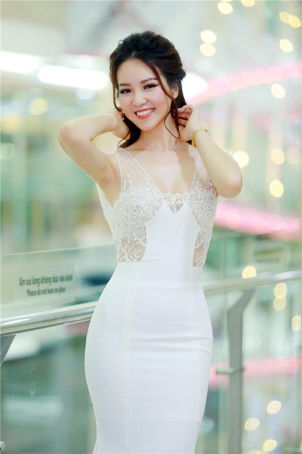 Đi kèm trang phục là mái tóc uốn xoăn gợi cảm cùng kiểu trang điểm nhẹ nhàng, thanh thoát.