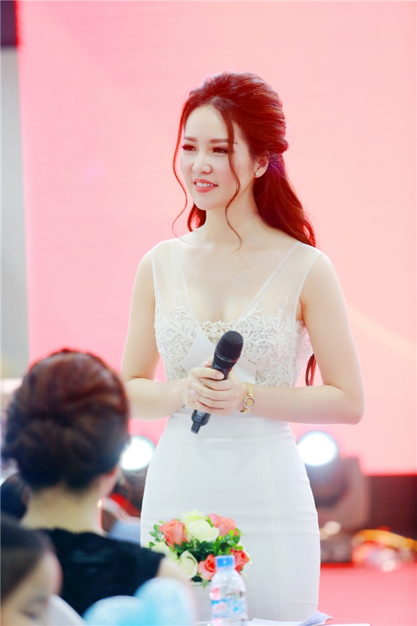 Không chỉ tham gia với vai trò khách mời, Thụy Vân còn đảm nhiệm vai trò MC của buổi tiệc. Cô được khen ngợi bởi phong thái tự tin, đỉnh đạc cùng khả năng hoạt ngôn.