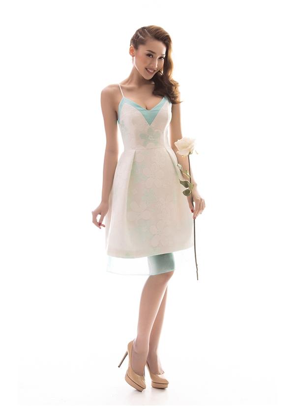 Nữ người mẫu khoe khéo vòng một gợi cảm trong thiết kế xẻ ngực sâu kết hợp nhiều lớp chất liệu, màu sắc. Họa tiết hoa to bản tạo hiệu ứng thị giác khi thoắt ẩn thoắt hiện trên nền vải.