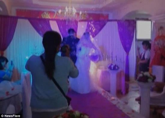 Chiếc váy cháy xém do bén lửa pháo hoa khiến cô dâu gặp nạn ngay trong ngày cưới. Ảnh: Internet