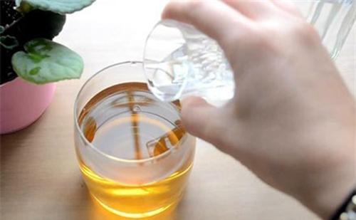 Trộn trà xanh với rượu trắng để tẩy tế bào chết toàn thân. (Ảnh: Internet)