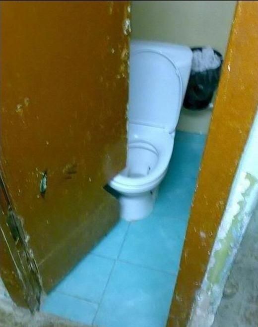Thợ xây không có lỗi, lỗi ở toilet quá nhỏ, đành phải khoét cửa mới đóng mở được.