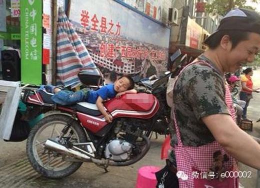 Con yêu con ngủ cho ngoan để bố làm việc kiếm tiền nuôi con nhé. (Ảnh: Internet)