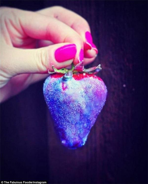Một blogger ẩm thực khác lại dùng lớp socola ngân hà bọc lấy quả dâu chín mọng. (Ảnh: Instagram)
