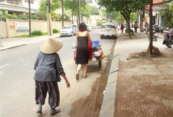 Hơn 9h sáng, cụ bà đẩy xe qua đoạn đường Phan Mạnh Trinh và cô gái đã có mặt để giúp bà.